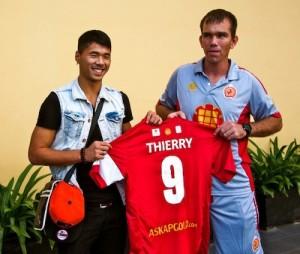 Thierry, l'ancien joueur du FCB devenu capitaine de son pays